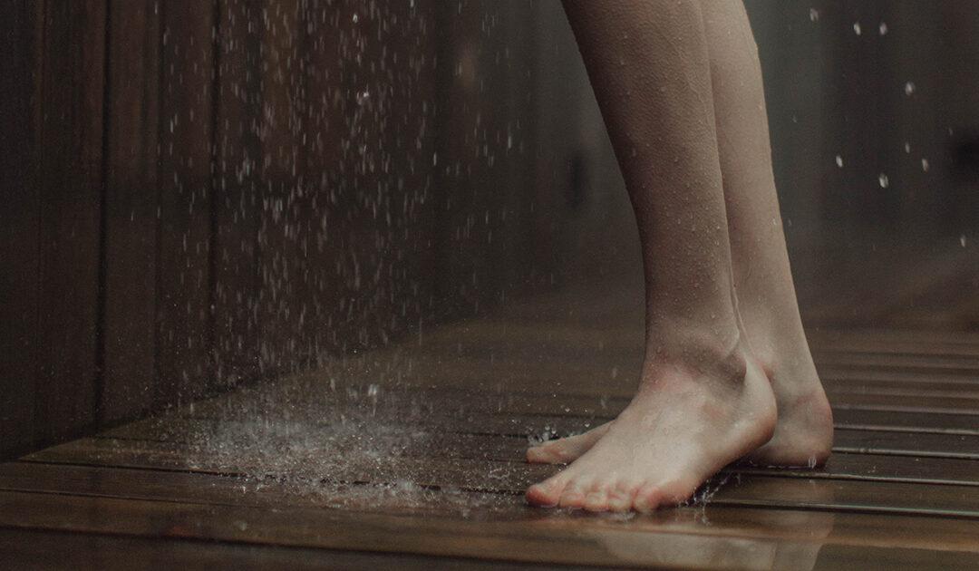 Vajon mennyire rossz a zuhany alatt pisilni?